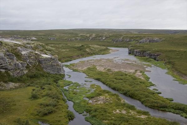 Вид с правого (по ходу) берега,  против течения.
