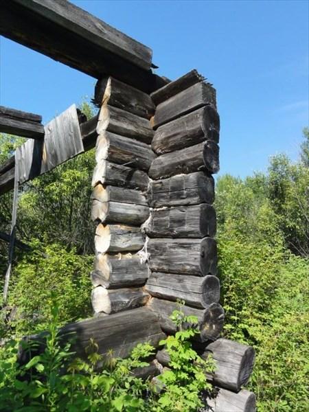 Брошенные избы пилят на дрова.