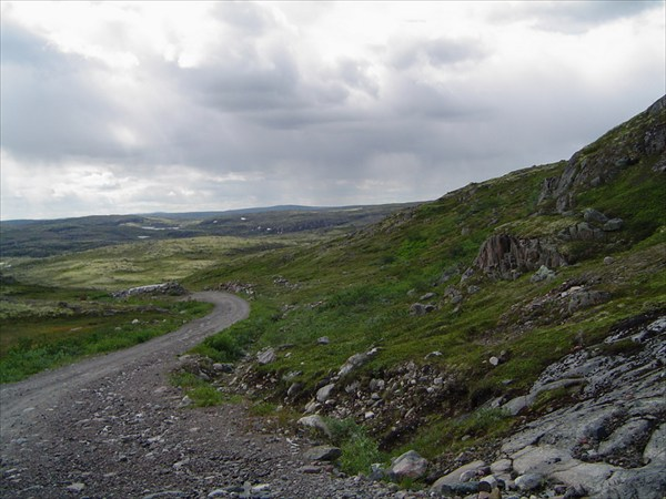 на фото: Дорога через Муста-Тунтури