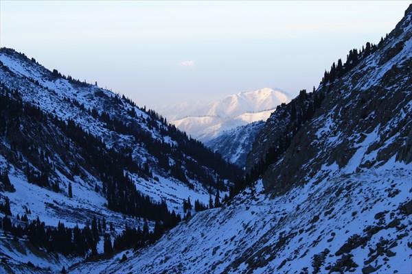 Вид с 3000 метров из ущелья на Алмату.