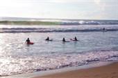 В океанских волнах только и учиться серфингу