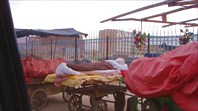 Торговцы овощами и ночуют там же, возле лотков.
