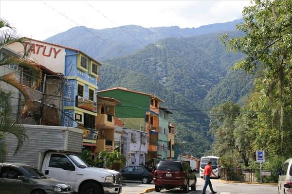 Город в окружении гор