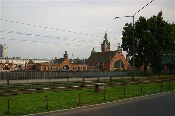 вокзал в Гданьске (снято через стекло в автобусе)
