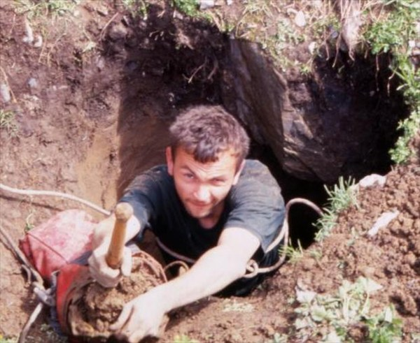 Макс роет свою пещеру