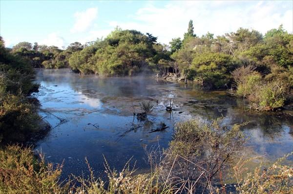 А прямо за территорией кемпинга - термальное озеро с кипятком