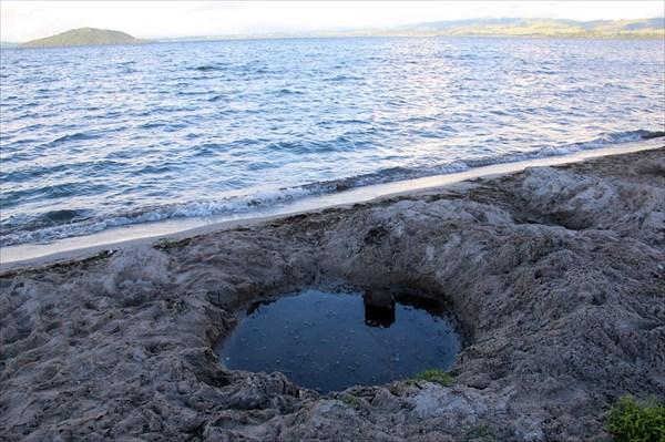 На горячем озере Роторуа развлекаловка это выкопать себе ванну