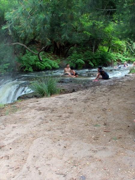Народ сидит по пояс в воде, греет косточки