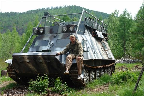 У каждого россиянина на заднем дворе броневик.