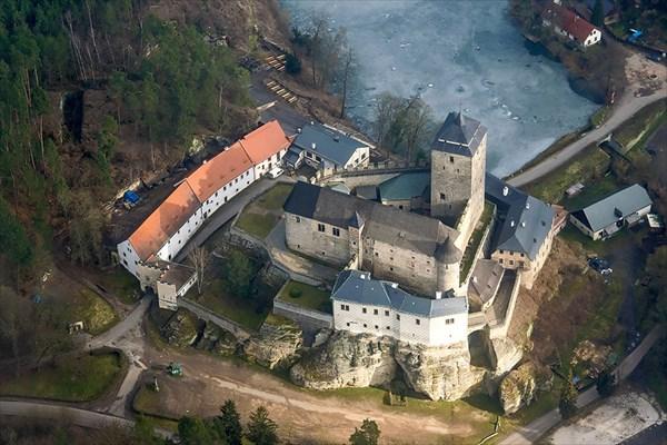 Средневековый замок Кост