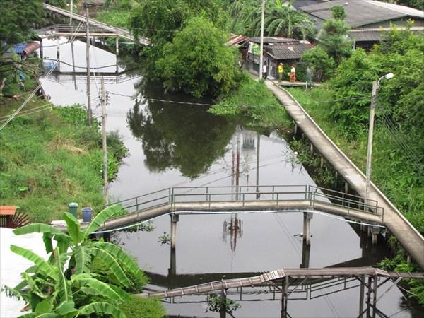 Бангкок. Виды из вагончика надземного метро Airport Rail Link.