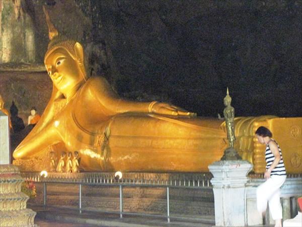 провинция Phang-nga.Лежачй будда в пещере Обезьян