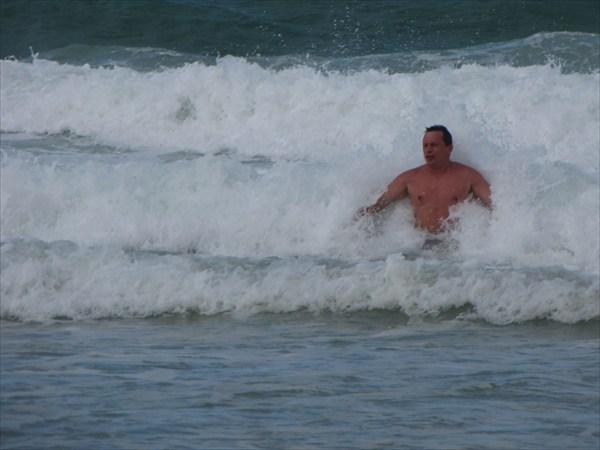 о. Пхукет. На пляже Карон. Как всегда довольно большие волны.