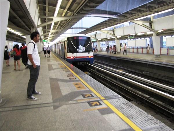 Бангкок. Надземное метро Sky Train станция Lat Kraband