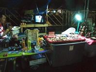 Бангкок вечером. Квартира-торговая лавка под открытым небом.