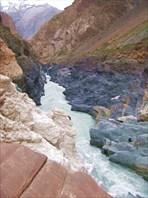 Разноцветны берега Сараджаза.