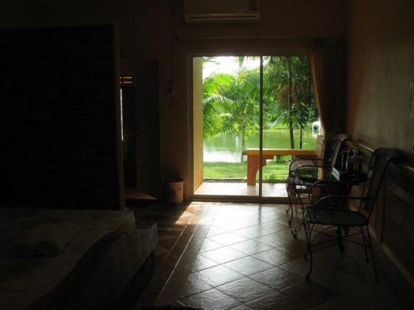 Приличная комнатка, для контраста с тем, что у нас было раньше.