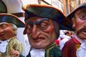Парад гигантских фигур на улицах города