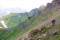 Костя поднимается на перевал