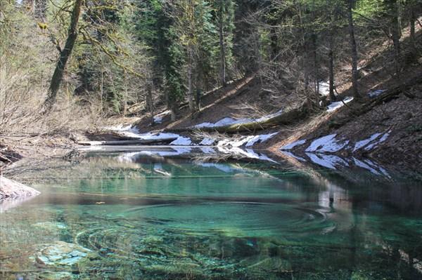 на фото: Небольшое озерцо на пути к озеру Малая Рица