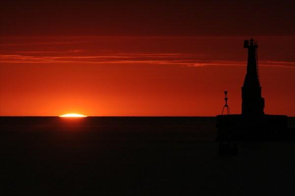 солнце скрылось за горизонтом.
