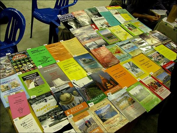 на фото:Стол книг