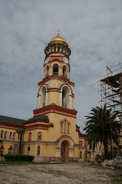 Музыкальные куранты колокольни являются подарком Александра III.