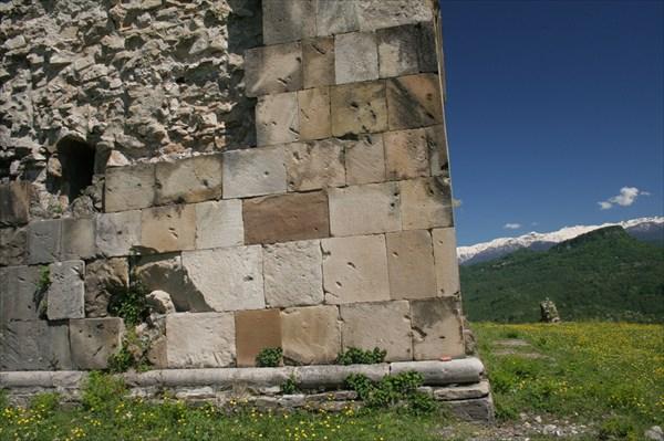 Стены сложены из пиленого и тёсаного вручную камня