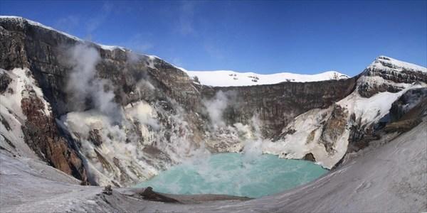 Кислотное озеро в кратере Горелого