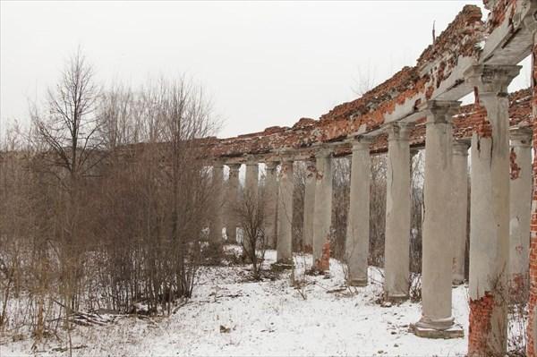 на фото: Западная колоннада