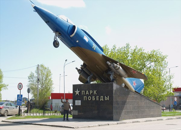Самолет ЯК-38 перед парком Победы
