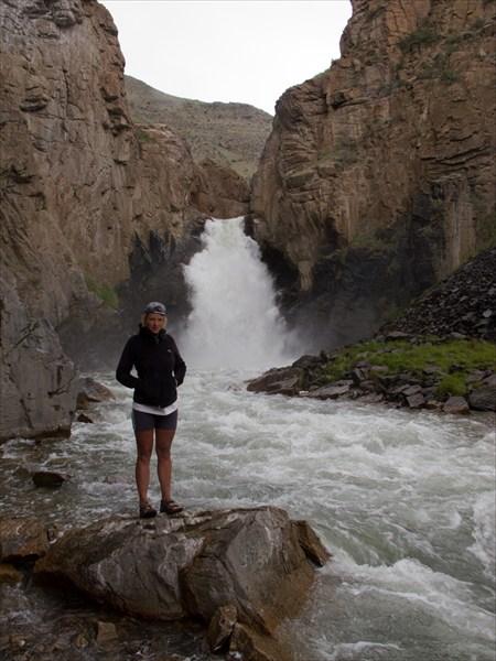Водопад в конце спуска с перевала
