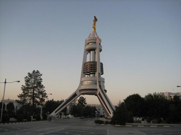 на фото: Памятник первому туркменскому космонавту