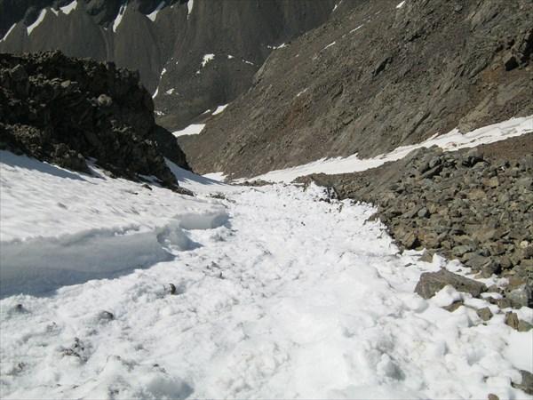 Спускаясь обратно подсек снежник и спустил маленькую лавинку