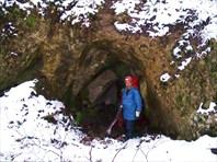 У входа в п.Петровская Слобода -пещера Петровская Слобода