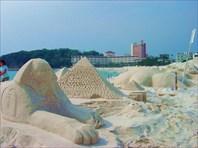 Творчество из песка на пляже возле отеля