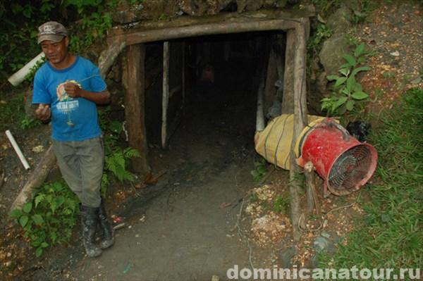 на фото: Ларимарные шахты
