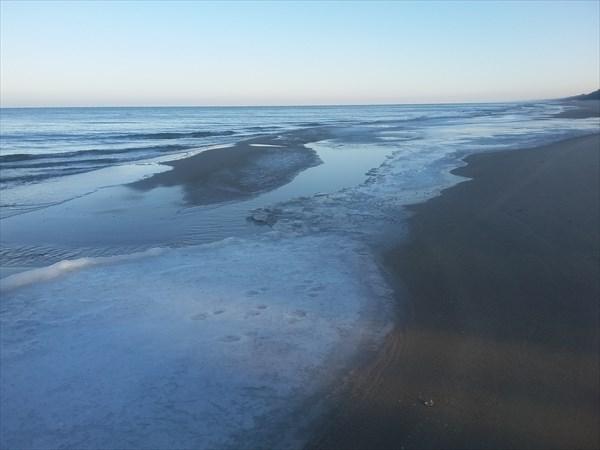 Ледовая корка на замёрзшем пляже.