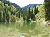 Маленькое горное озеро с рыбками