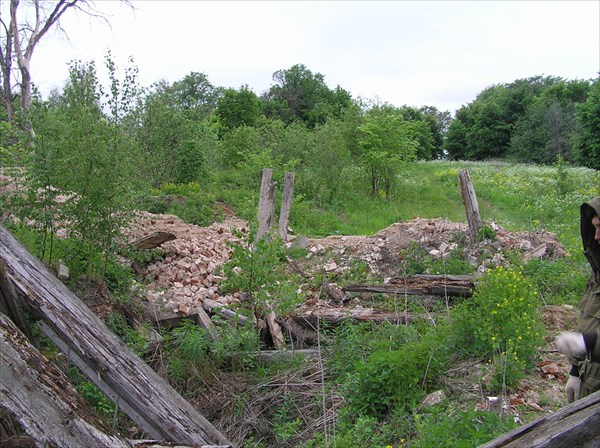 Казанцево.Развалины. Вид остатков построек.