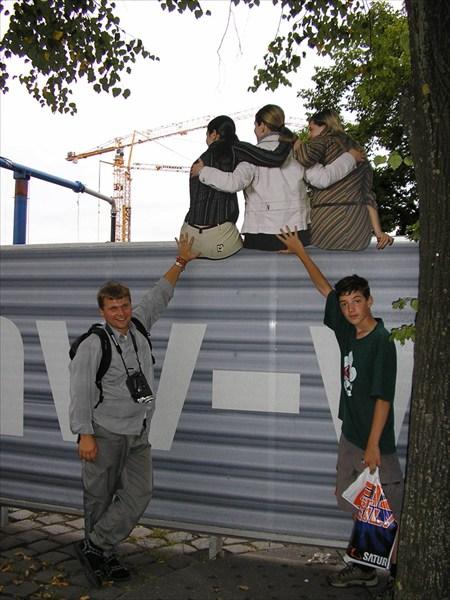 Девченки - нарисованнные, забор закрывает стройку!