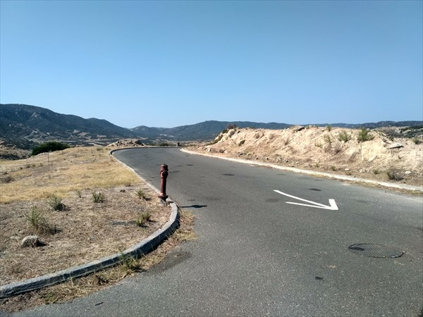 Дорога на Kriaritsi и Tigania