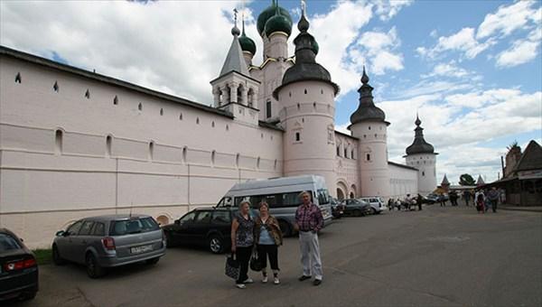 У Ростовского кремля