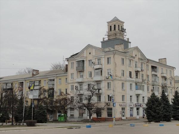 Здание с башенкой на главной площади Краматорска