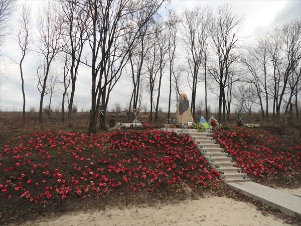 Этот памятник - один из первых, посвященных жертвам новой войны