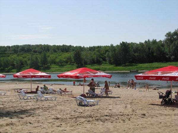Зонтики и лежаки на центральном пляже Ахтубинска