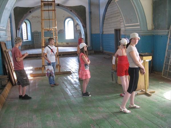 В Каге, восстанавливается церковь.