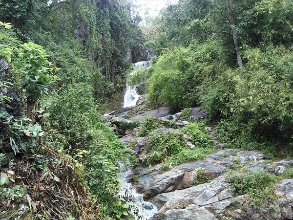 Водопад в начале подъема к Wat Suthep