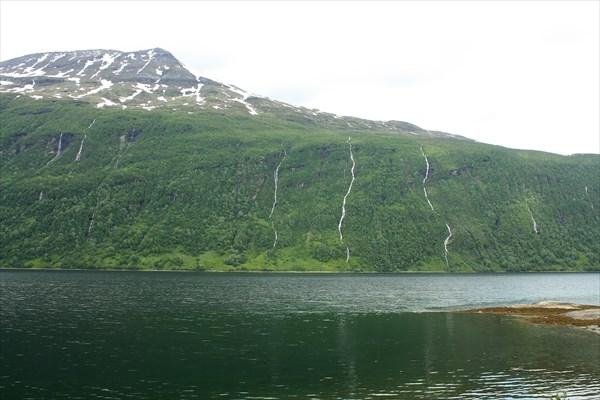 Множество водопадов на склонах берегов Gratangenfjord