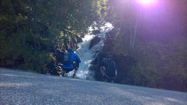 Вася и Макс фотографирую водопад у дороги